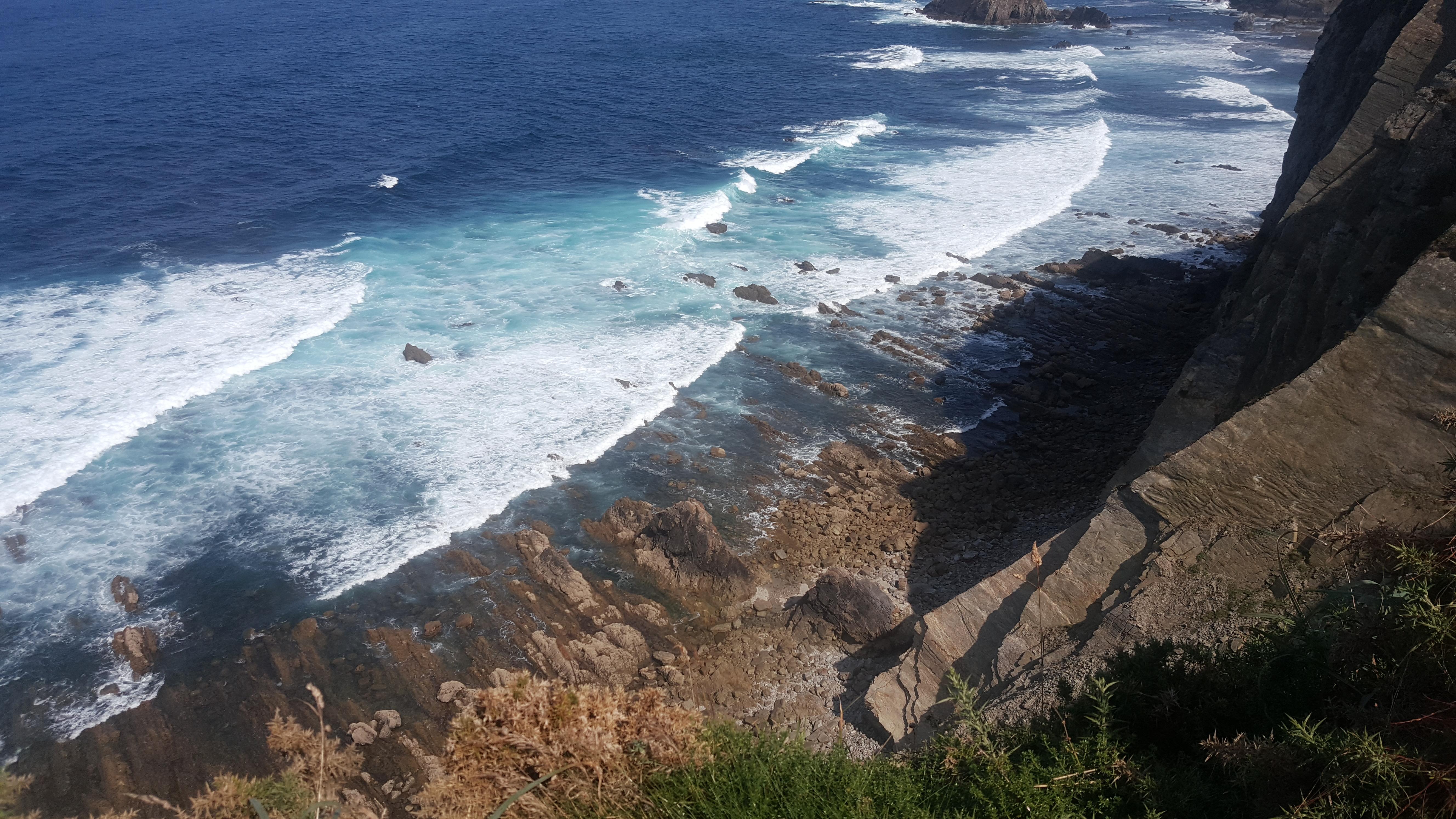 El mar, azul intenso visualizado desde lo alto de un acantalidado