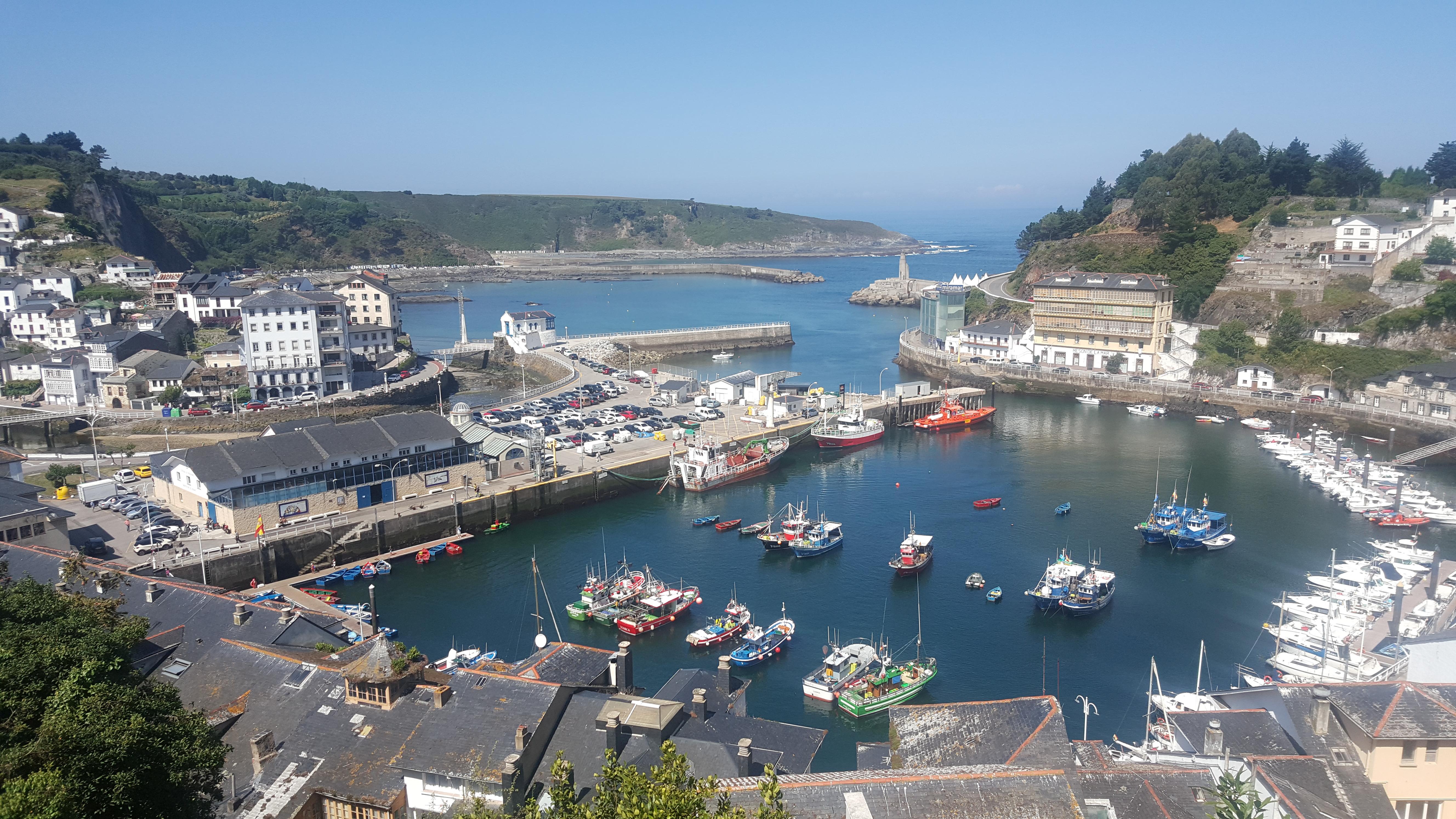 Vista panorámica del puerto de Luarca, un pueblecito pesquero de Asturias